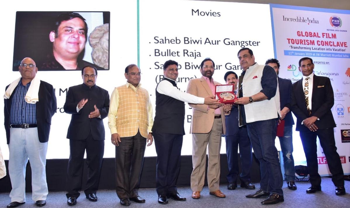 निर्माता राहुल मित्रा को केंद्रीय मंत्री मुख्तार अब्बास नकवी द्वारा किया गया सम्मानित 14