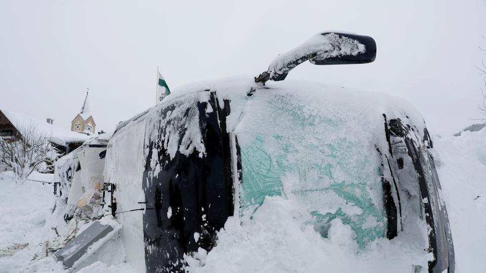 लद्दाख में भारी बर्फ़बारी, तूफान से ठंड बढ़ी! 8
