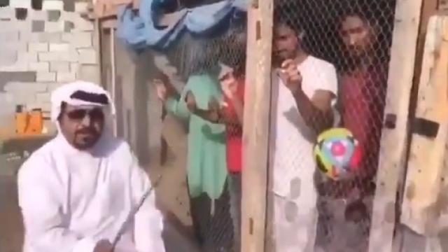 VIDEO: यूएई में भारतीय प्रशंसकों को पिंजरे में बंद किया, बंधक बनाने वाले व्यक्ति ने बताया मजाक 3