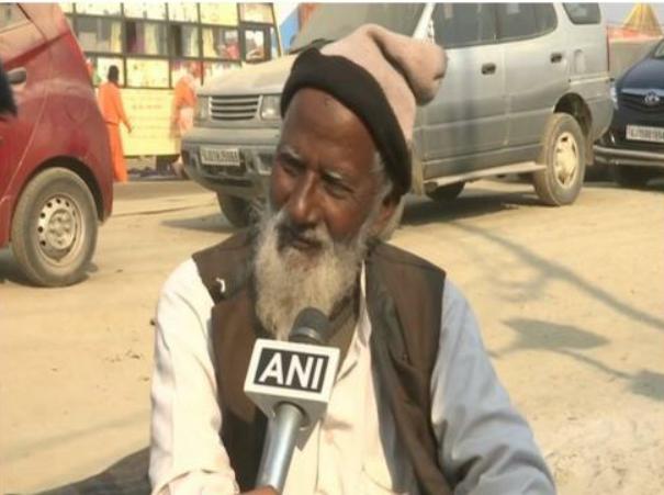 कुंभ मेले में हिन्दू अखाड़ा में बत्ती का बंदोबस्त करते हैं 77 साल के मोहम्मद महमूद 4