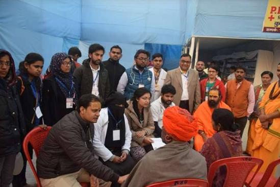 कुंभ मेले के दौरान AMU मेडिकल कॉलेज के डॉक्टरों की टीम ने हिन्दू श्रध्दालुओं को दिए फ्री मेडिकल सेवा 6