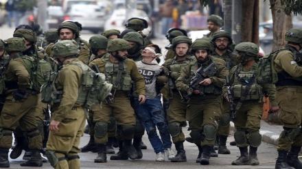 इसरायली सैनिकों के हाथों फ़िलीस्तीनी बच्चे का अपहरण ! 2