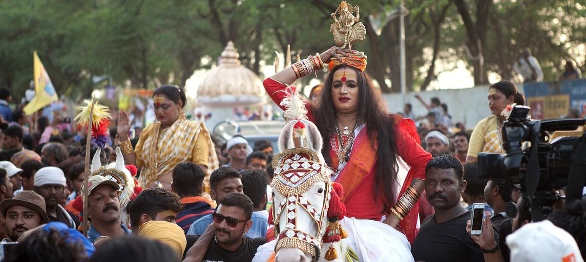 कुंभ में किन्नर अखाड़ा द्वारा निकाला गया भव्य पेशवाई यात्रा, अब तक के सबसे बड़ी भीड़ देखी गई 10