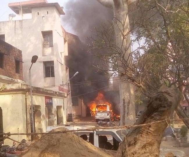 बिहार में लड़की की हत्या के बाद उत्पात, पुलिस वालों पर हमला, थाना जलाया 5