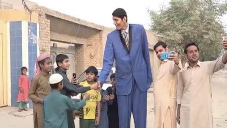 दुल्हन ढूंढने में असमर्थ पाकिस्तान का सबसे लंबा आदमी 1
