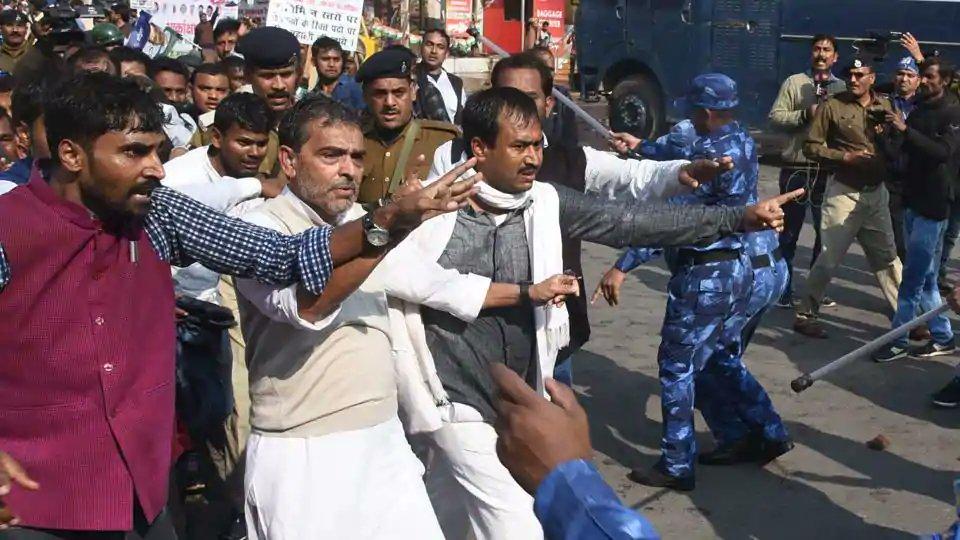 बिहार: कद्दावर नेता उपेंद्र कुशवाहा पर पुलिस ने किया लाठीचार्ज 4