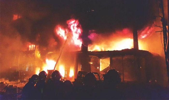 घर को लग गई आग, बेटी की शादी के लिए रखी रक़म भी जल गई 13