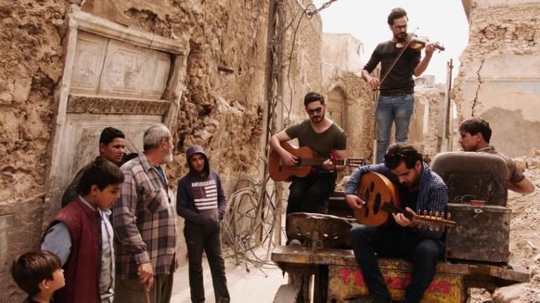 इराक में IS द्वारा प्रतिबंधित संगीत के बाद वॉर जर्नलिस्ट ने इंस्ट्रूमेंट्स कलेक्ट कर इराकी संगीतकारों को डोनेट किया 4
