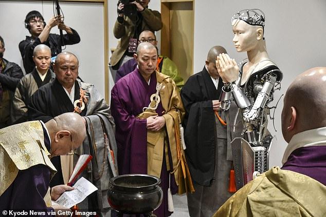 AI बौद्ध रोबोट से मिलें जो जापान के 400 साल पुराने मंदिर में दे रहा है धार्मिक शिक्षा 2
