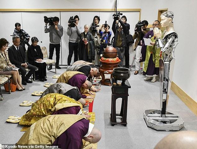 AI बौद्ध रोबोट से मिलें जो जापान के 400 साल पुराने मंदिर में दे रहा है धार्मिक शिक्षा 1