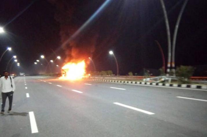 चलती लारी को लगी आग, हैदराबाद में हादसा 11