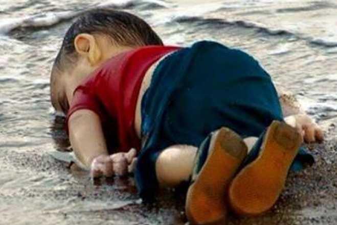प्रवासियों का संकट : सीरियाई लड़के से तुलना मैक्सिको में डूबे हुए पिता और बेटी की यह दु:खद तस्वीर 1