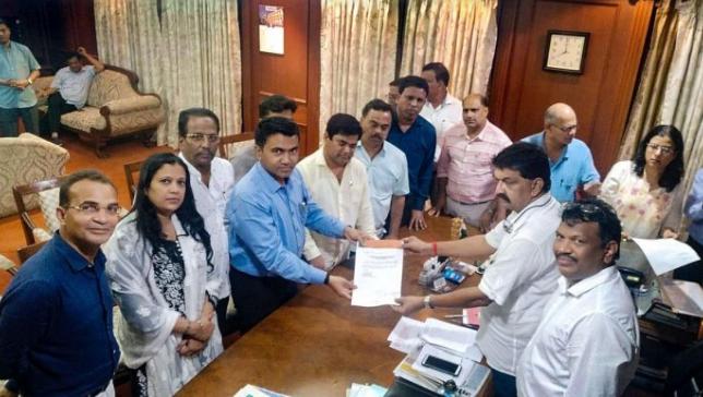 गोवा: कांग्रेस के दस विधायक बीजेपी में शामिल! 13