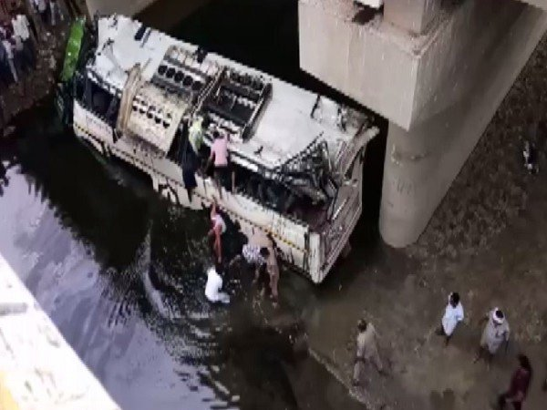 हैदराबाद जाने वाली बस सुर्यापेट में उलट गई 20