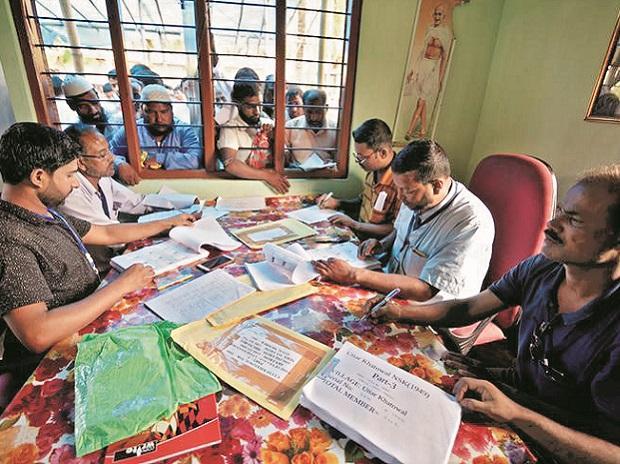 मीडिया रिपोर्ट में दावा- NRC में नाम दर्ज कराने को मुसलमानों से ज्यादा हिंदुओं ने लगाए फर्जी दस्तावेज 8