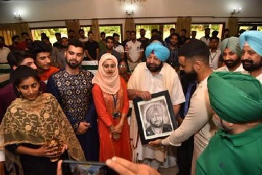 पंजाब के सीएम कैप्टन अमरिंदर ने घर नहीं जा पाए कश्मीरी छात्रों के साथ मनाई ईद ! 5