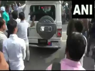 पुलिसवाले ने नहीं पहनी थी सीट बेल्ट, भीड़ ने घेरा ; किसी तरह बचकर निकले 17
