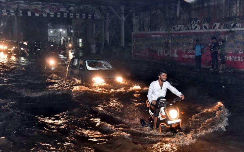 हैदराबाद में भारी बारिश, निचले इलाकों में पानी भर गया 5