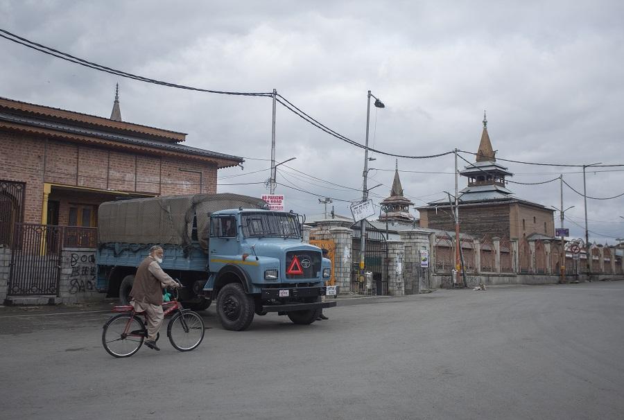 कश्मीर में ग्रेनेड हमले में 6 नागरिक घायल 11