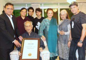 दिलीप कुमार को वर्ल्ड बुक ऑफ रिकॉर्ड्स पुरस्कार से सम्मानित किया गया! 3