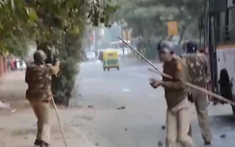 जामिया: दिल्ली पुलिस के गोली चलाने से इनकार के बाद सामने आया VIDEO, उठ रहे सवाल ! 17