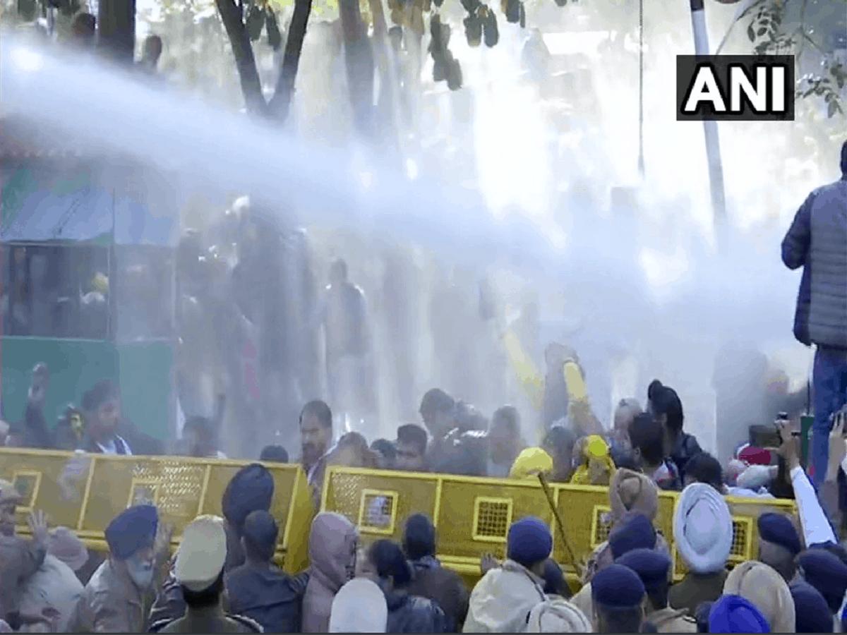 पंजाब के सीएम आवास के बाहर 'आप' का प्रदर्शन, पुलिस ने की पानी की बौछार 18
