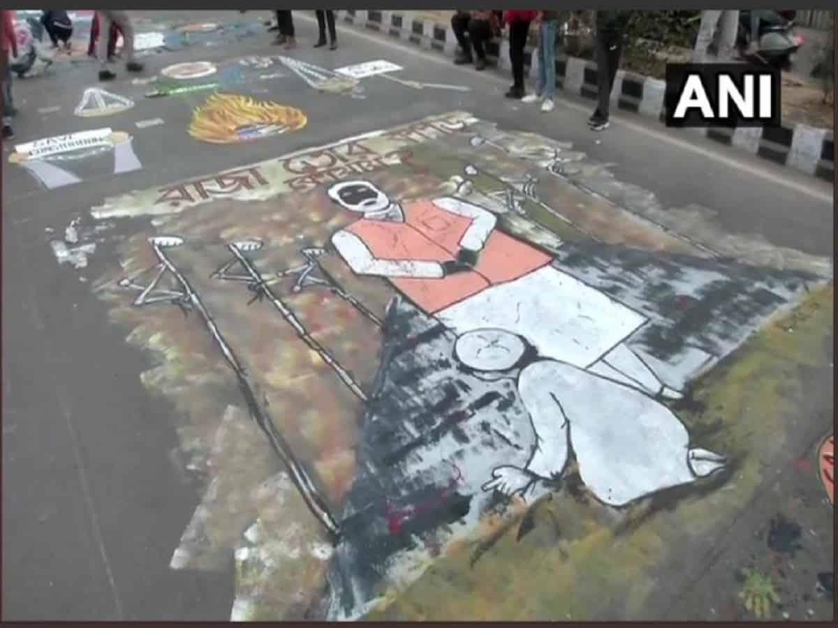 CAA- जामिया के छात्रों और कलाकारों ने जामिया की मुख्य सड़क पर चित्रकारी के जरिये किया विरोध 5