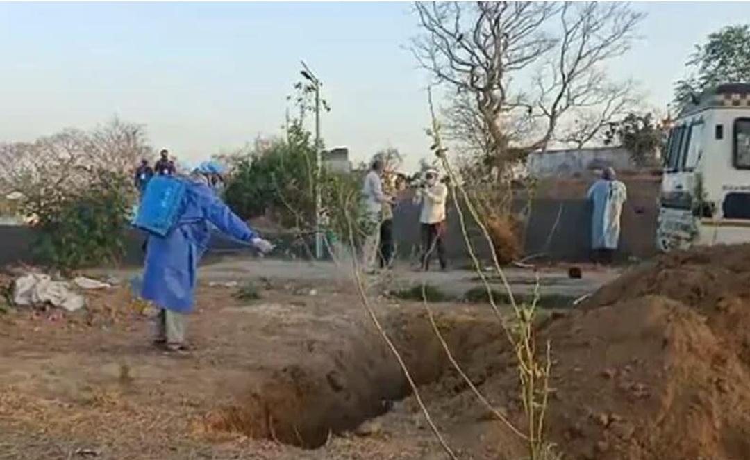 हैदराबाद में बिना परिवार की गैरमौजूदगी में लाश को स्वास्थ कर्मियों ने दफनाना!
