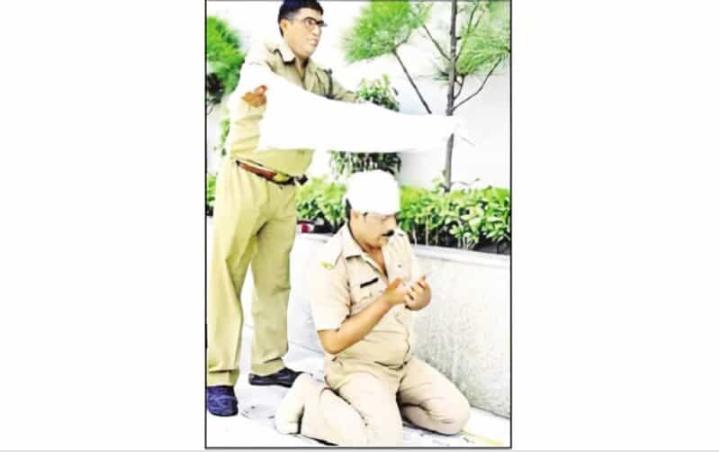 मुस्लिम साथी पुलिस कर्मी की नमाज़ के दौरान हिन्दू पुलिस ने छाव के लिए बनाई शेड!