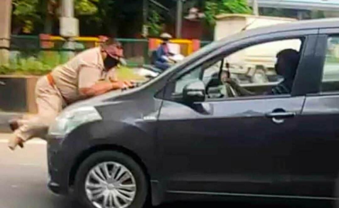 कार रोकने के लिए कहा तो पुलिसकर्मी को बोनेट पर घसीटा! 4