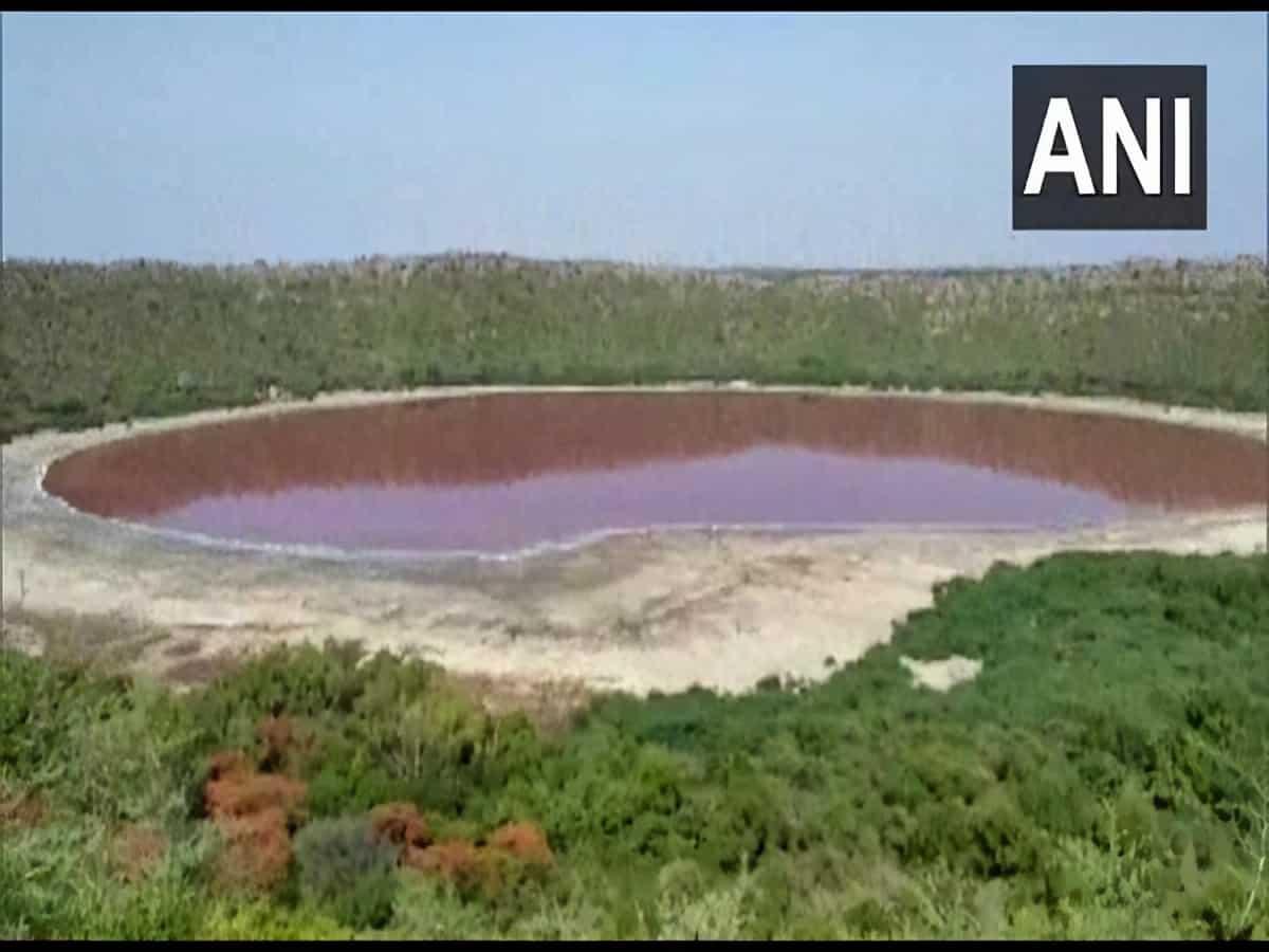 महाराष्ट्र की रहस्यमयी लोनार झील का पानी हुआ गुलाबी, विशेषज्ञ भी हैरान 1