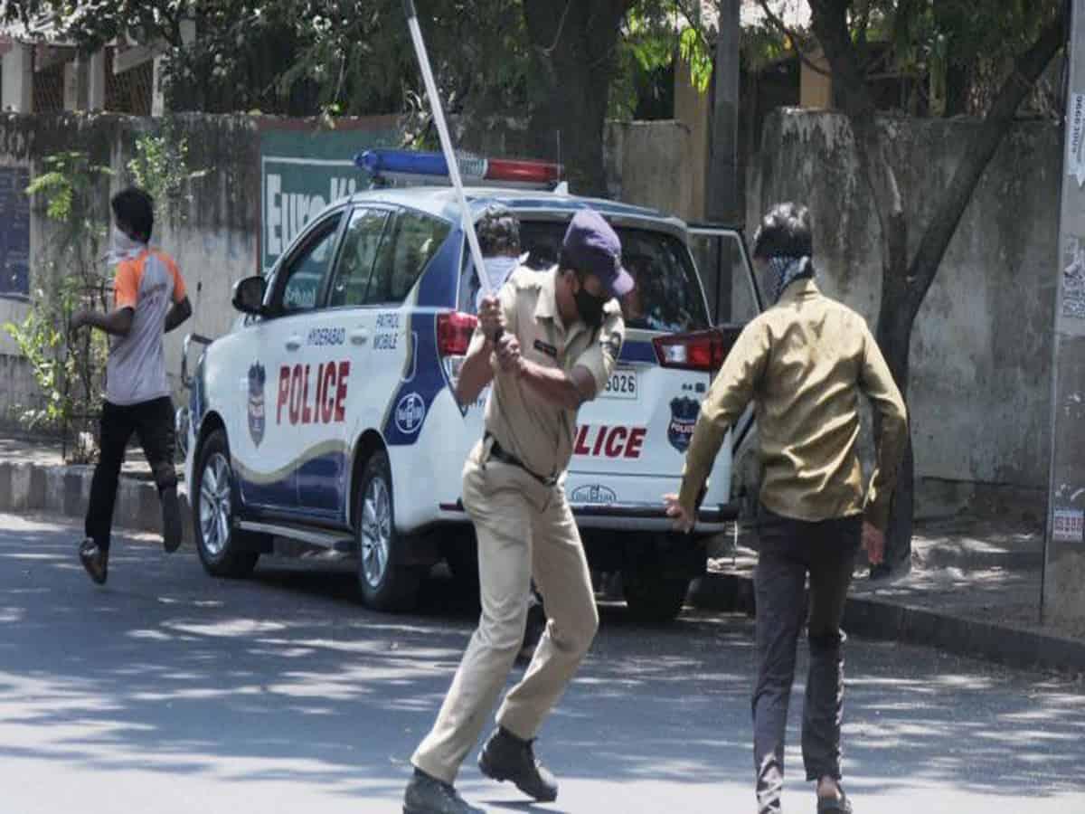 आंध्र प्रदेश  पुलिस अधिकारी ने अपनी चलती कार के बोनट पर अपराधियों का पीछा किया 16