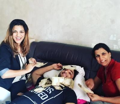 सुशांत के परिवार ने साथ में देखी थी एमएस धोनी : द अनटोल्ड स्टोरी