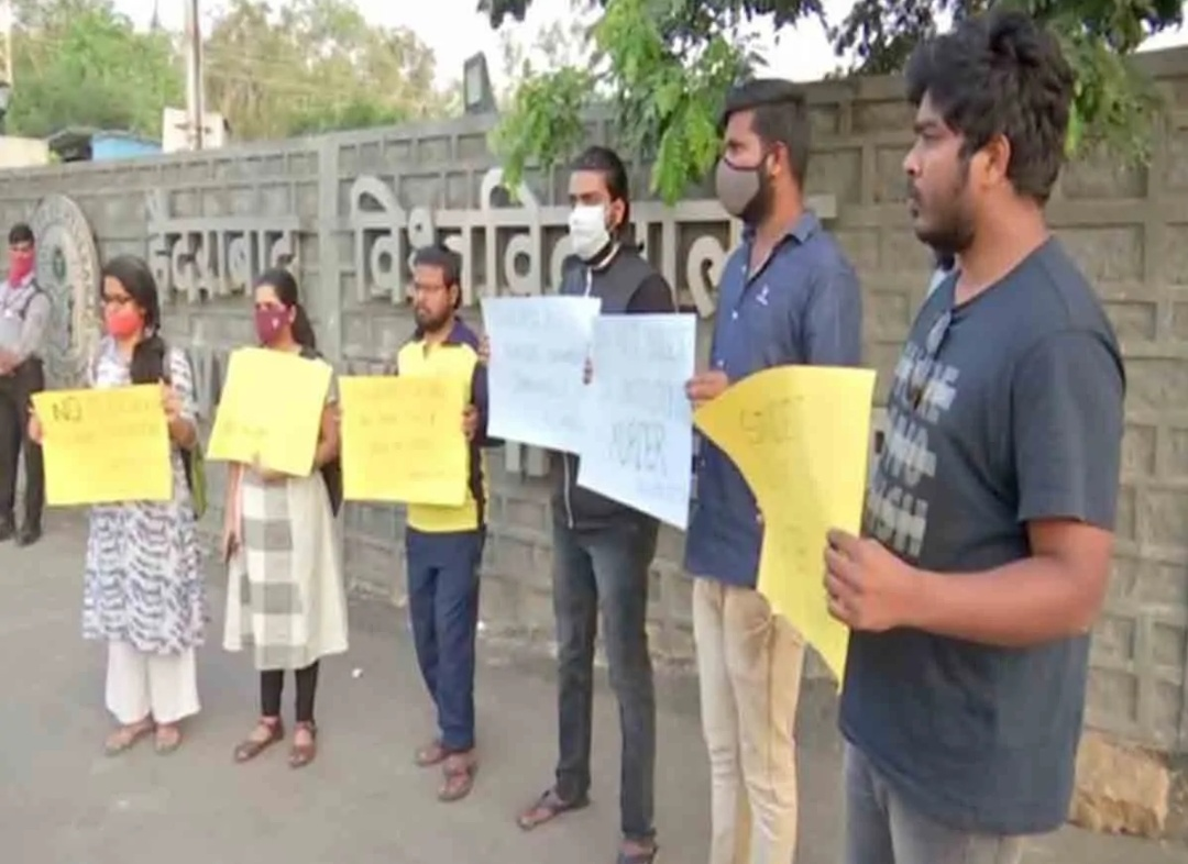 हैदराबाद यूनिवर्सिटी के छात्रों ने किया विरोध! 1