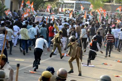 उप्र : महोबा में कांग्रेस नेताओं पर बरसी लाठी