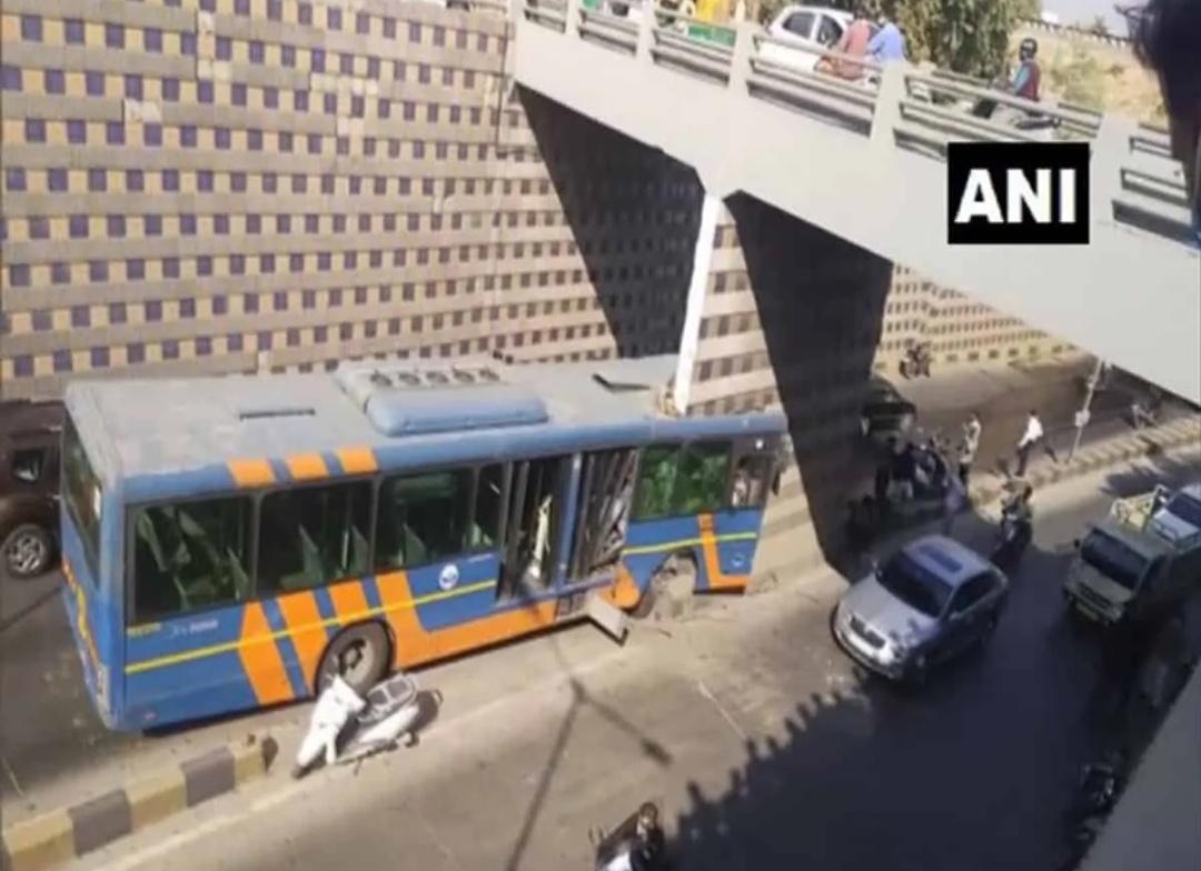 अहमदाबाद: अंडरब्रिज के खंभे से बस टकराई! 5