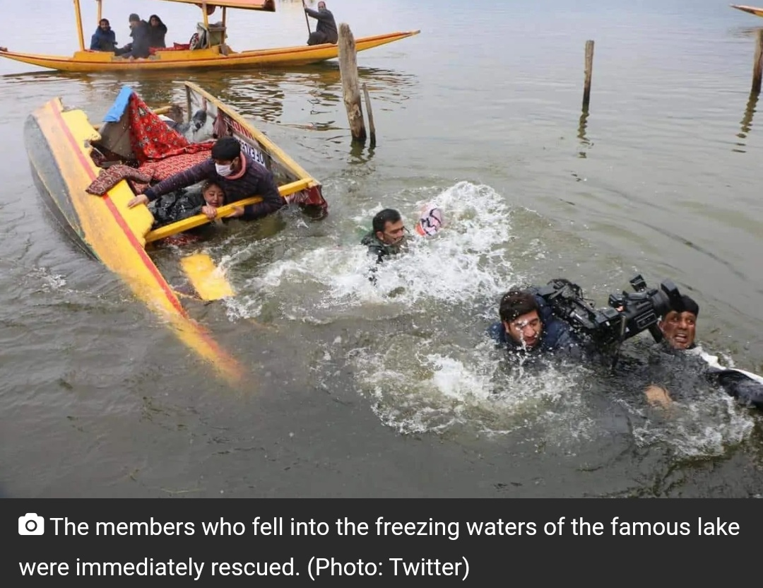 कश्मीर लोकल चुनाव प्रचार करने के लिए ले जा रही बीजेपी नेताओं से भरी शिकारा डल झील में पलटा! 1