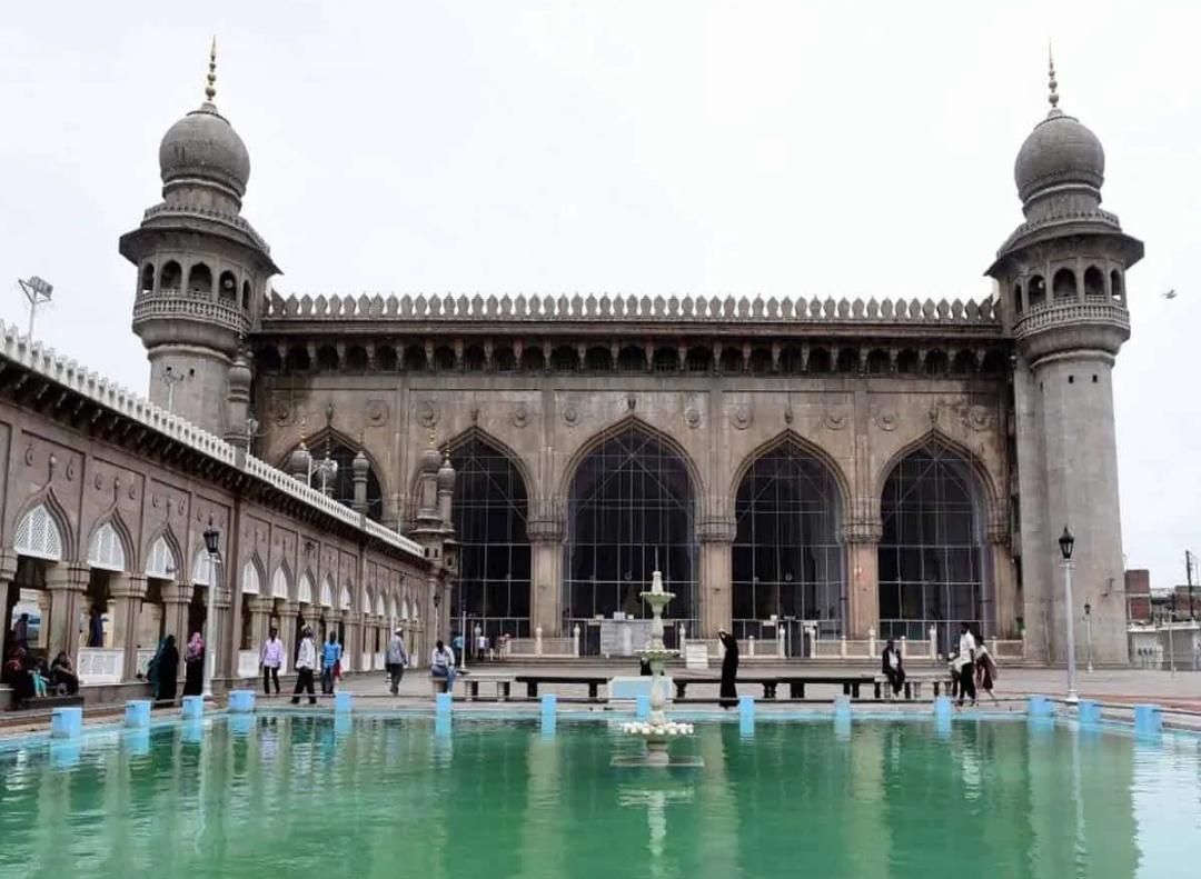 हैदराबाद: मक्का मस्जिद के दरवाजे नमाज़ के लिए खोले गए! 7