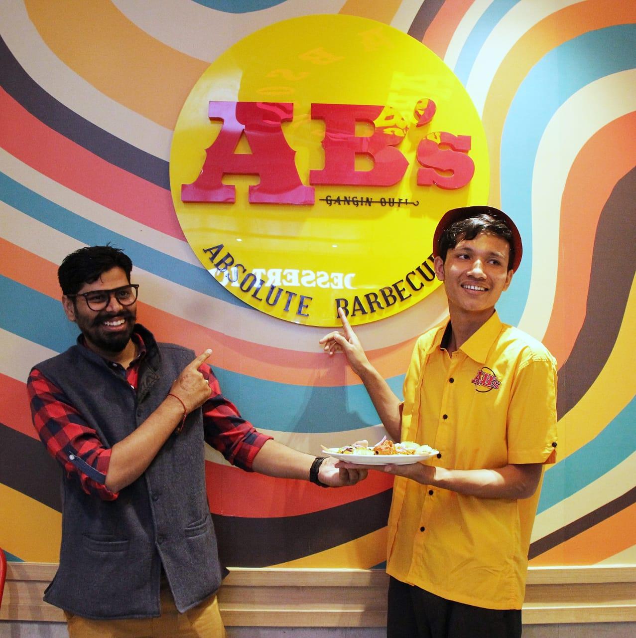 एब्सलूट बार्बेक्यू रेस्टोरेंट के सुरजीत त्रिपुरा ने अपने डांस मूव्स से बनाया सबको दीवाना, बने इंटरनेट सेंसेशन! 2