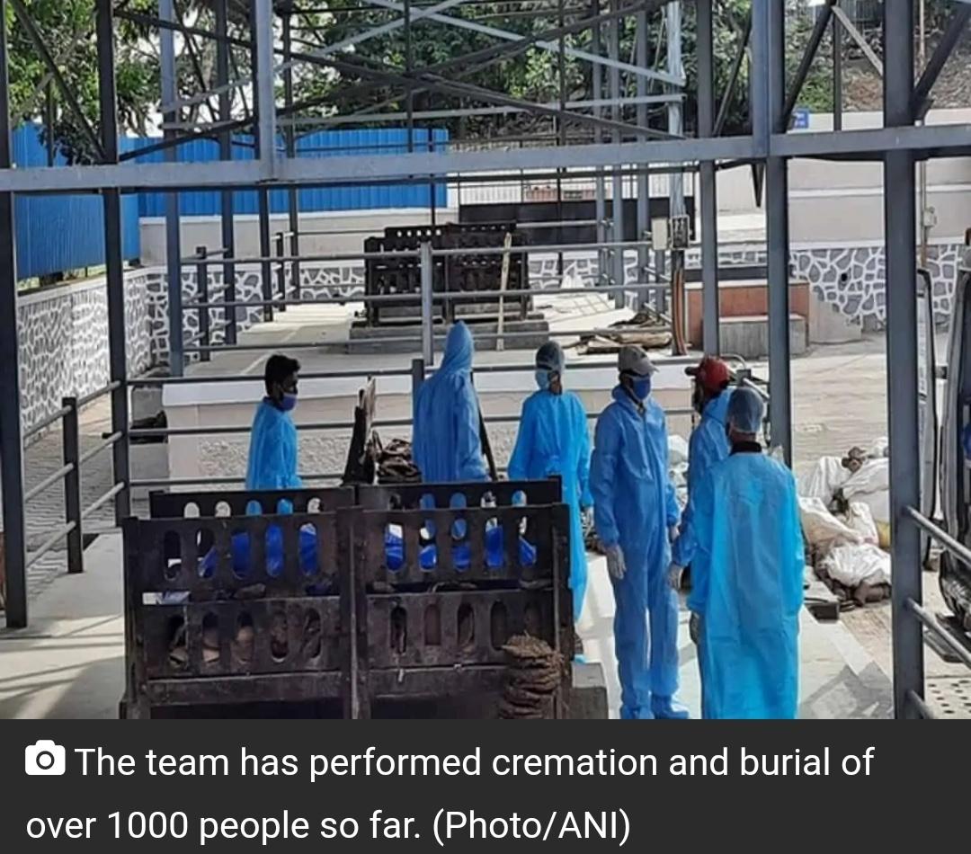 पुणे में मुस्लिम पुरुषों की टीम दफन, कोविड-19 लावारिस लाशों का दफन कर रहे हैं! 16