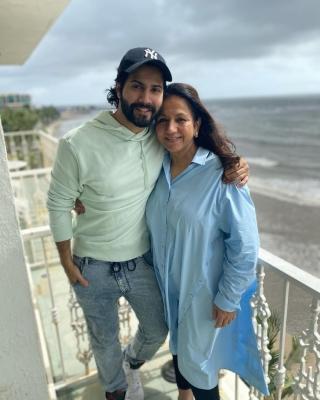 वरुण धवन ने अपनी मां करुणा को दी जन्मदिन की बधाई 1