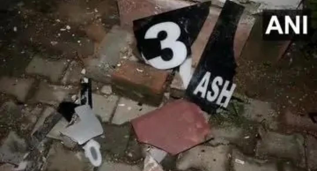 हिंदू सेना के कार्यकर्ताओं ने दिल्ली में असदुद्दीन ओवैसी के बंगले में तोड़फोड़ की 5