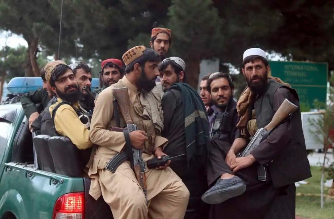तालिबान ने हेरात के शहर के चौकों पर शवों को लटकाया 17