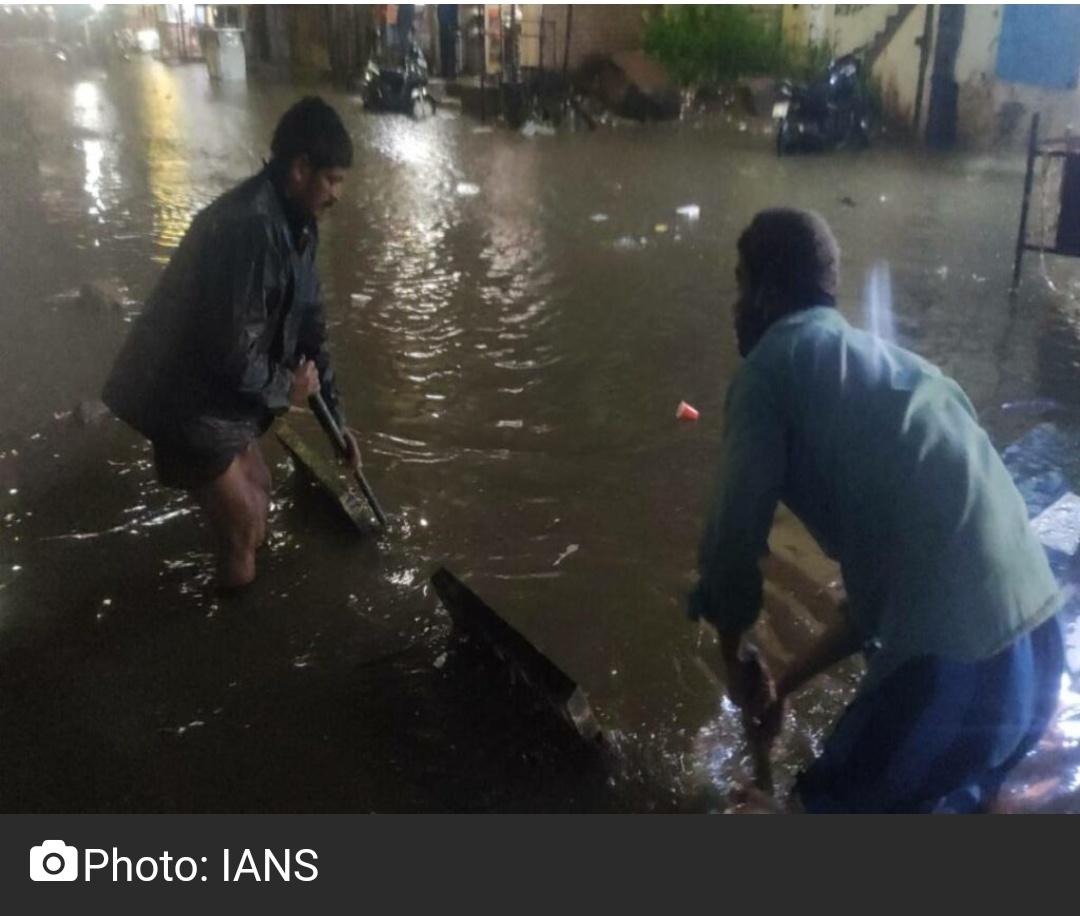 हैदराबाद में भारी बारिश से आदमी के बह जाने की आशंका 9
